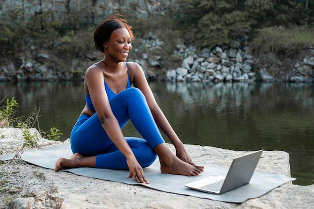 Vrouwelijke yogaleraar lesgeven online