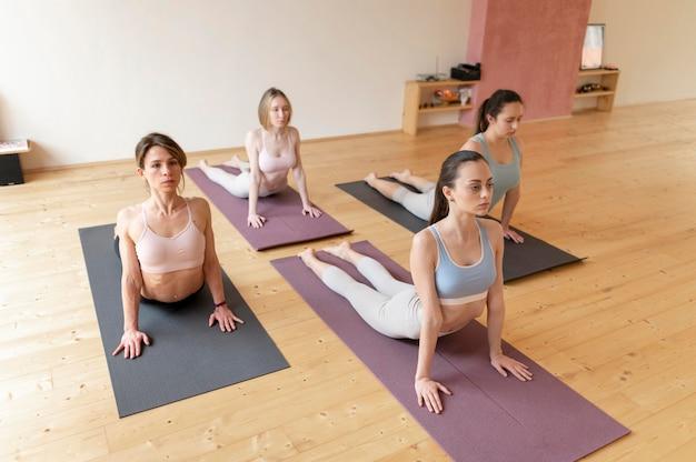 Vrouwelijke yogaleraar lesgeven