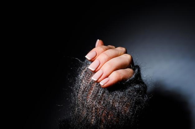 Vrouwelijke zachte handen met mooie franse manicure