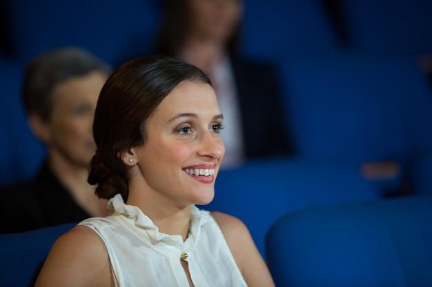 Vrouwelijke zakenman luisteren naar toespraak op conferentiecentrum