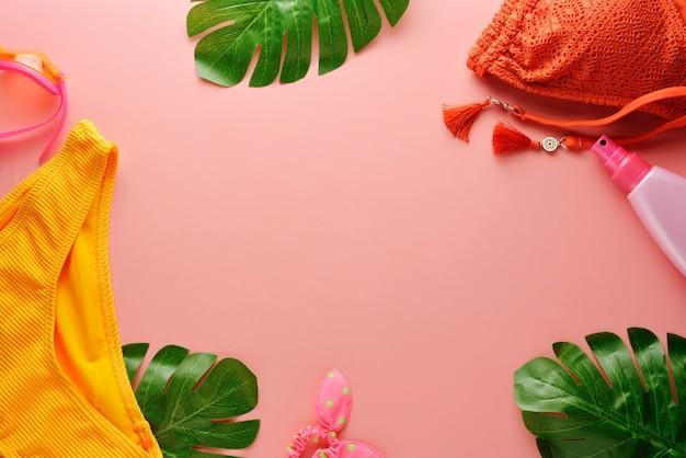 Vrouwelijke zomer bikini badpak en accessoires over roze