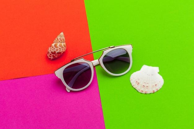 Vrouwelijke zonnebril op een kleurenblok