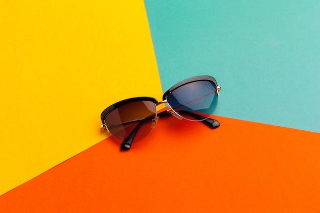 Vrouwelijke zonnebril op een kleurrijke levendige