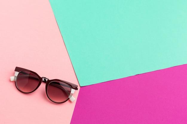 Vrouwelijke zonnebril op kleurrijke trillend