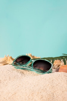 Vrouwelijke zonnebril op strand