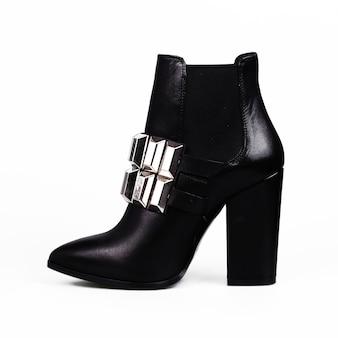 Vrouwelijke zwarte laarzen over wit