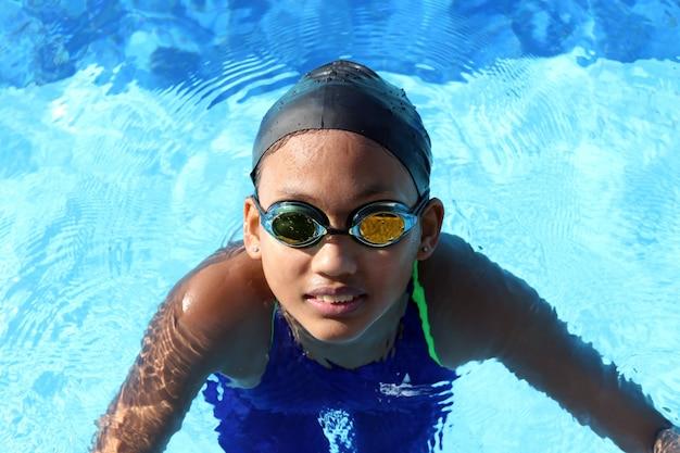 Vrouwelijke zwemmende atleet