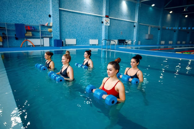 Vrouwelijke zwemmers groep, aquarobics in het zwembad