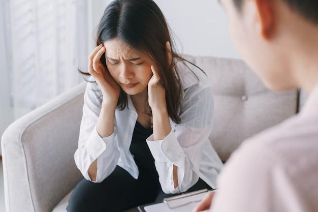 Vrouwen aziatische patiënten met man psycholoog onderzoek raadplegen