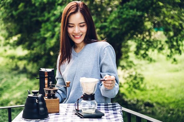Vrouwen barista die infuuskoffie in het park maken