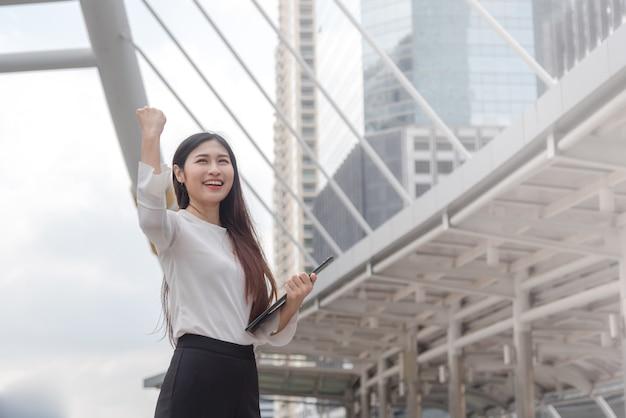Vrouwen bedrijfssuccesactie bij stad