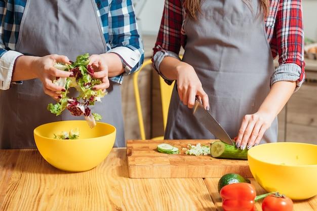 Vrouwen bereiden van gezond voedsel in de keuken