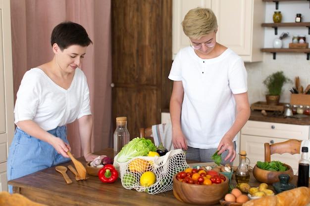 Vrouwen bereiden wat gezond voedsel
