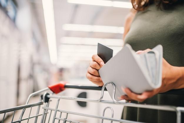 Vrouwen betalen haar aankoop met een creditcard.