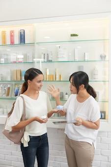 Vrouwen bij cosmetica-winkel