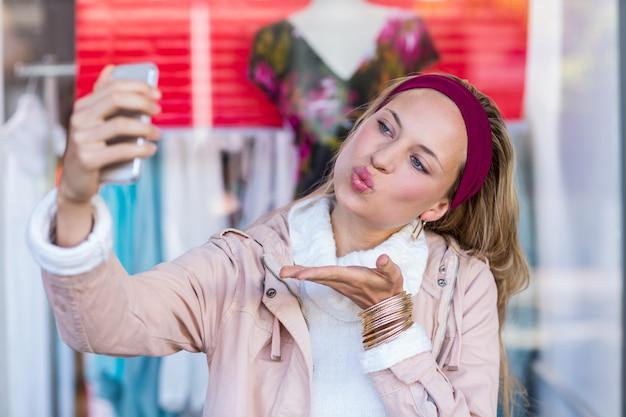 Vrouwen blazende kus en selfies nemen