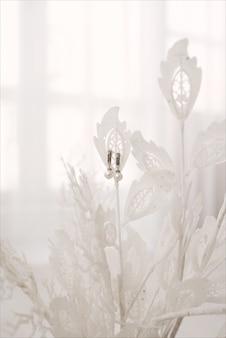 Vrouwen bruiloft oorbellen hangen aan blad
