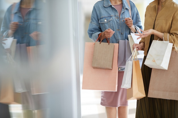 Vrouwen chatten over kledingwinkel