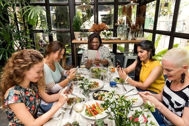 Vrouwen communicatie diner samen concept