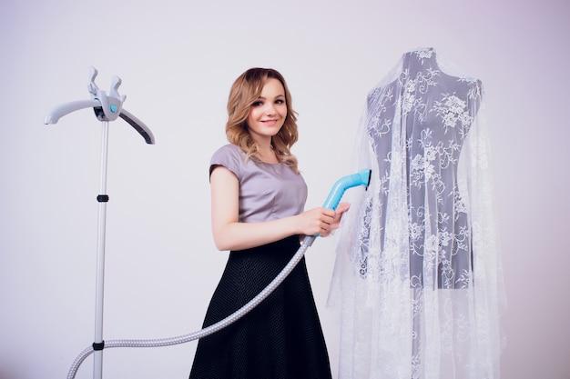 Vrouwen dampende jurk in de kamer
