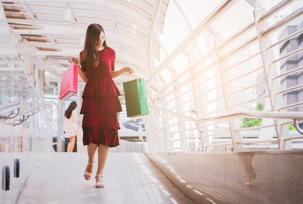 Vrouwen die aan het winkelen, verkoop, consumentisme en mensenconcept lopen.