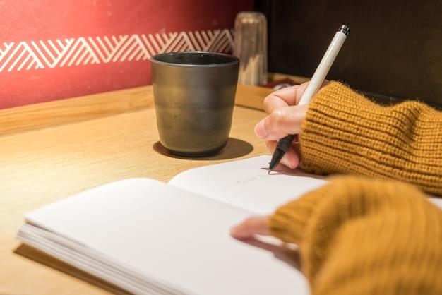 Vrouwen die boek, leeg boek voor exemplaarruimte, onderwijsconcept schrijven