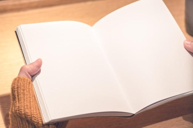 Vrouwen die boek, lege boekholding lezen voor exemplaarruimte, onderwijsconcept