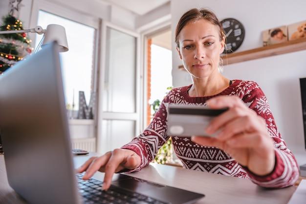 Vrouwen die creditcard gebruiken