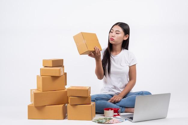 Vrouwen die denken aan de witte achtergrond, bedrijfsexploitanten, online winkelen, onafhankelijk