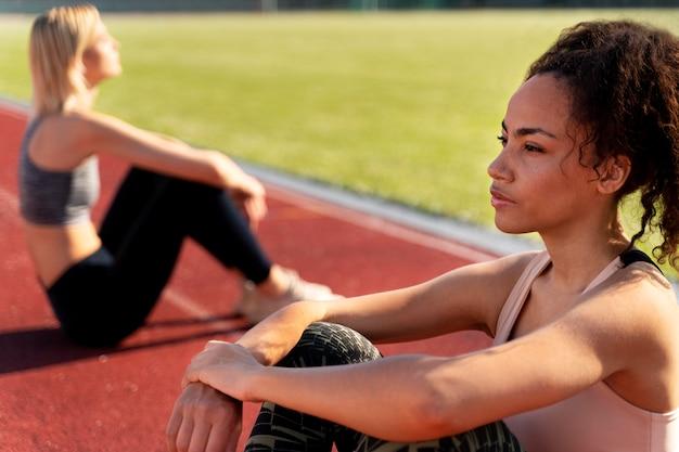 Vrouwen die een pauze nemen van het hardlopen