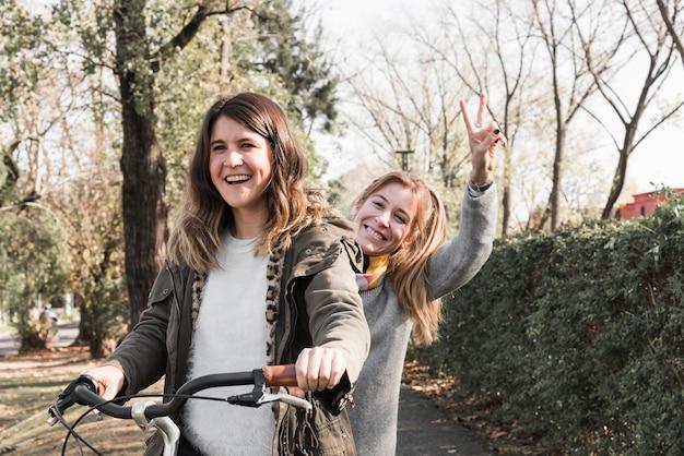 Vrouwen die fiets in park berijden