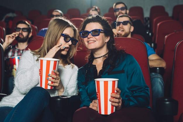 Vrouwen die film bespreken tijdens de uitvoering