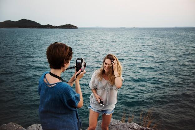 Vrouwen die foto langs kust nemen