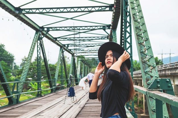 Vrouwen die hoeden dragen, alleen reizen