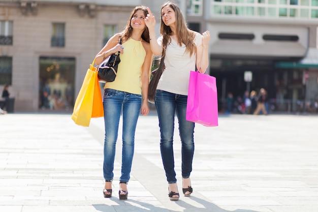 Vrouwen die in de stad winkelen