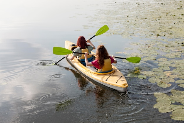 Vrouwen die in kajak op meer roeien