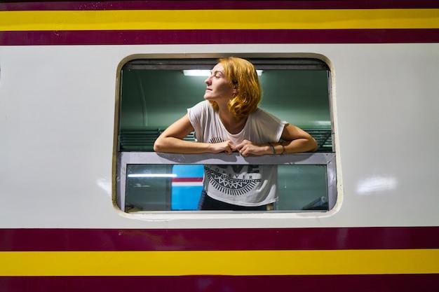 Vrouwen die in openlucht verlaten van het station railway