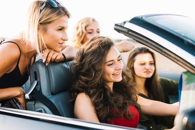 Vrouwen die kaart in cabriolet bekijken