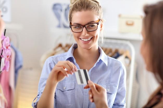 Vrouwen die kleding kopen in een kledingwinkel