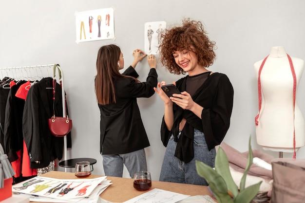 Vrouwen die kleren winkelen