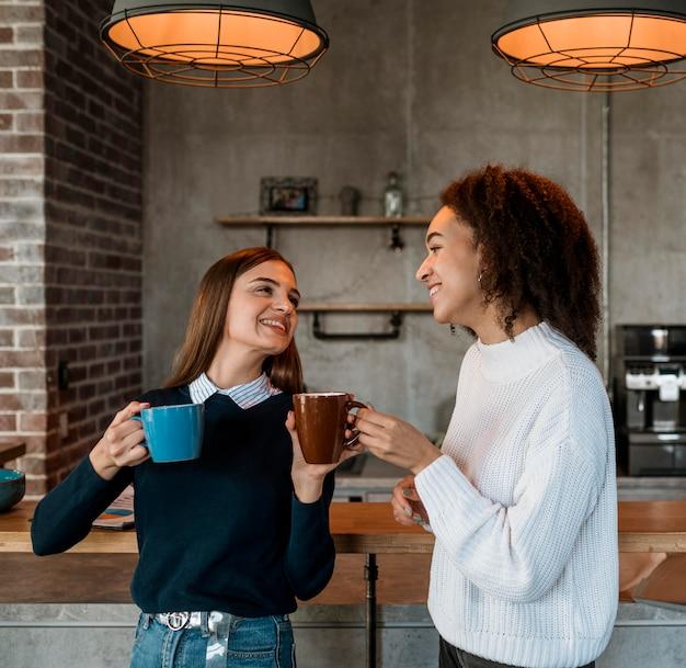 Vrouwen die koffie drinken tijdens een vergadering