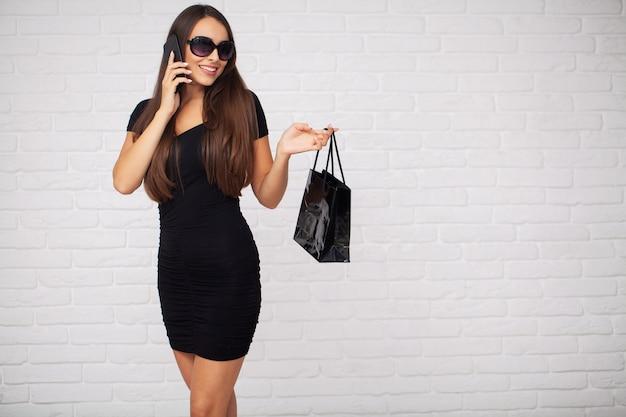 Vrouwen die korting houden op ligth in zwarte vrijdagvakantie