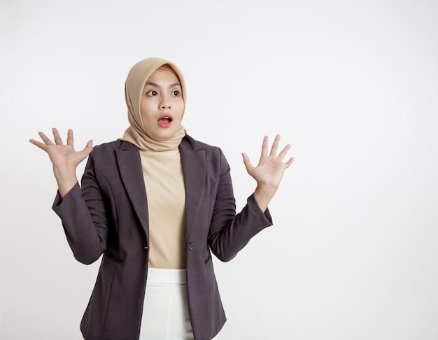 Vrouwen die kostuums hijab dragen verbaasd kijken naar haar linkerkant, formeel werkconcept geïsoleerde witte achtergrond