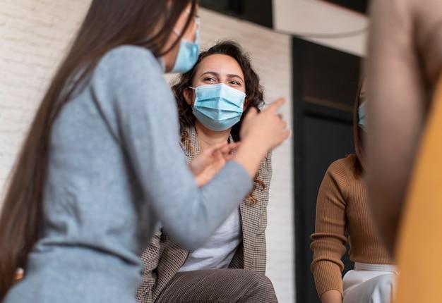 Vrouwen die maskers dragen tijdens therapie