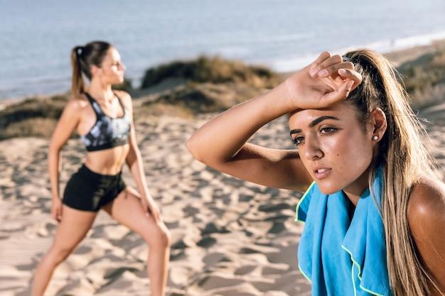 Vrouwen die op adem komen na het joggen