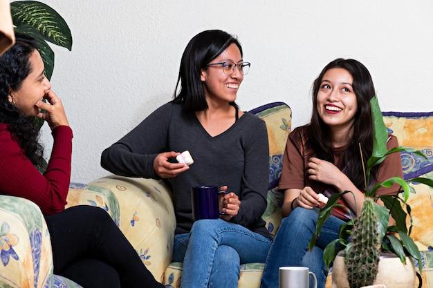 Vrouwen die rondhangen tijdens een vriendenbijeenkomst