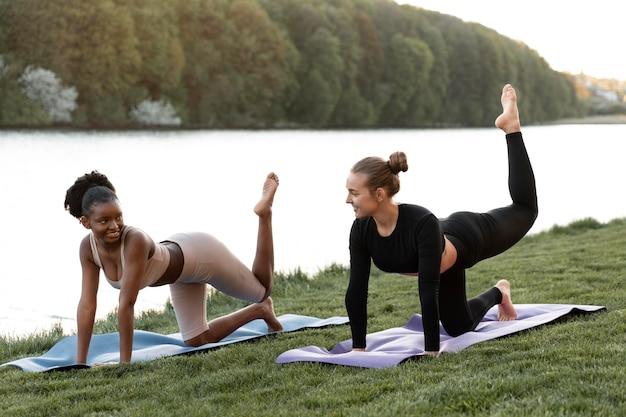 Vrouwen die samen buiten fitness doen