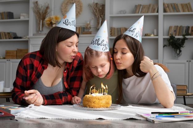 Vrouwen die samen de verjaardag van hun dochter vieren