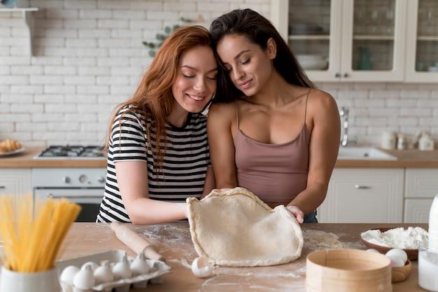 Vrouwen die samen een romantisch diner bereiden