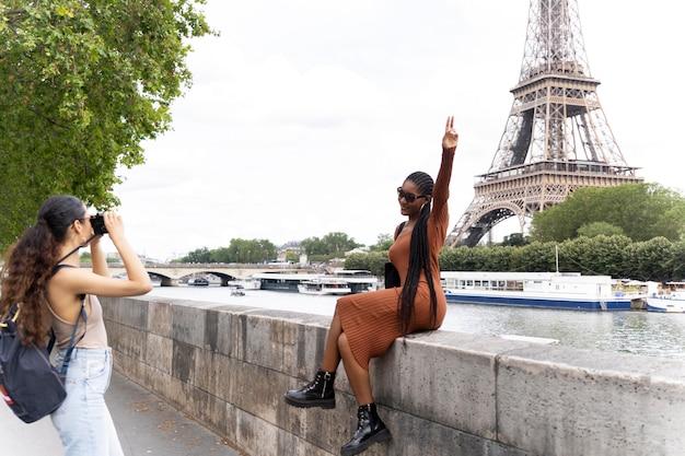 Vrouwen die samen reizen en plezier hebben in parijs